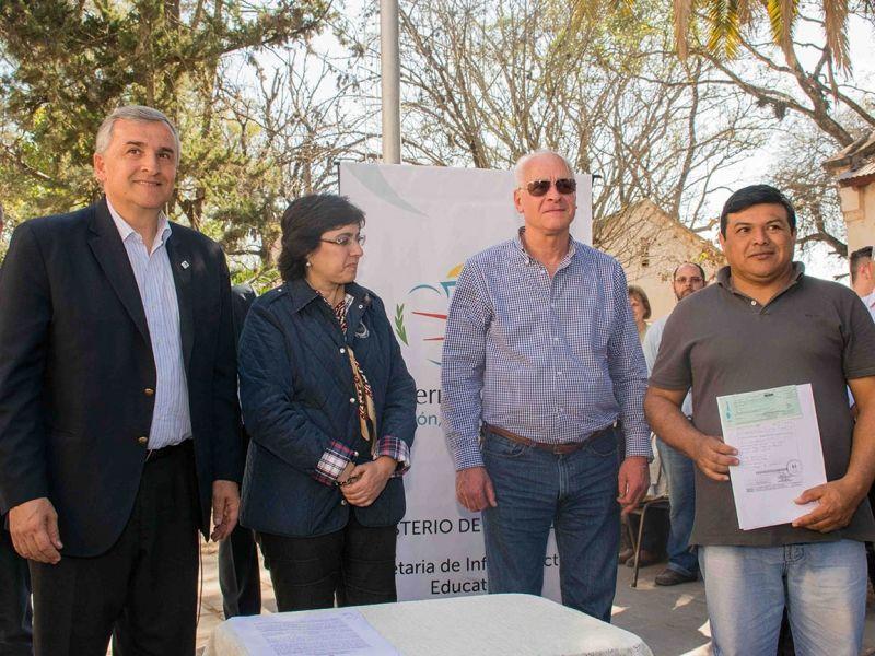 El gobernador Morales firmó convenio con cooperativistas para realizar obras en escuelas de lotes de La Esperanza