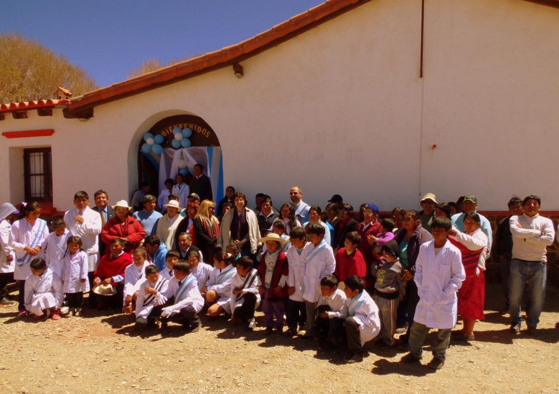 La comunidad educativa de la Escuela de Puesto Grande, Departamento Santa Catalina, durante el festejo por el 106° aniversario de creación del establecimiento.