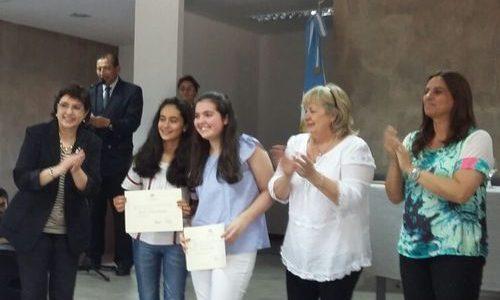 La ministra de Educación, Isolda Calsina  junto a la secretaria de Planeamiento Educativo, Fernanda Montenovi, hace entrega de certificados a los ganadores de la Olimpiada de Filosofía.
