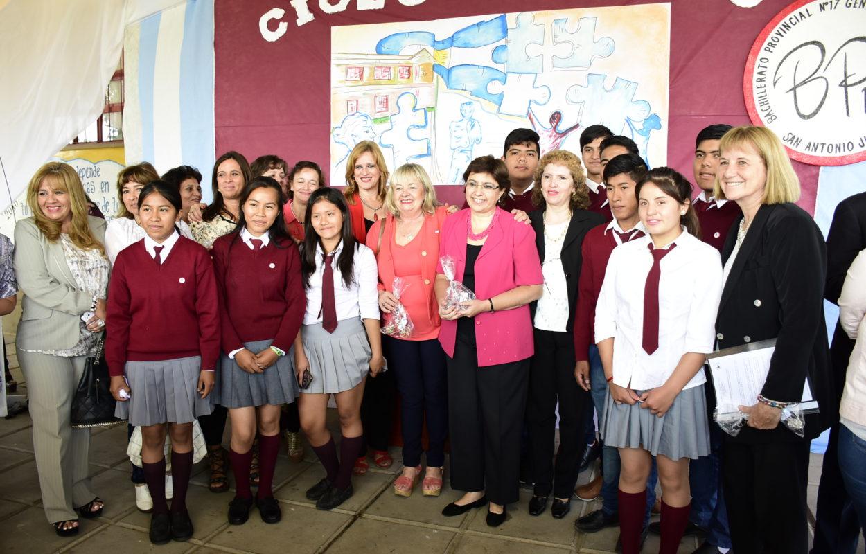 El ciclo lectivo 2018 arrancó este lunes en Jujuy con un acto en el Bachillerato N° 17 de San Antonio, que encabezaron el vicegobernador Carlos Haquim y la ministra de Educación, Isolda Calsina.