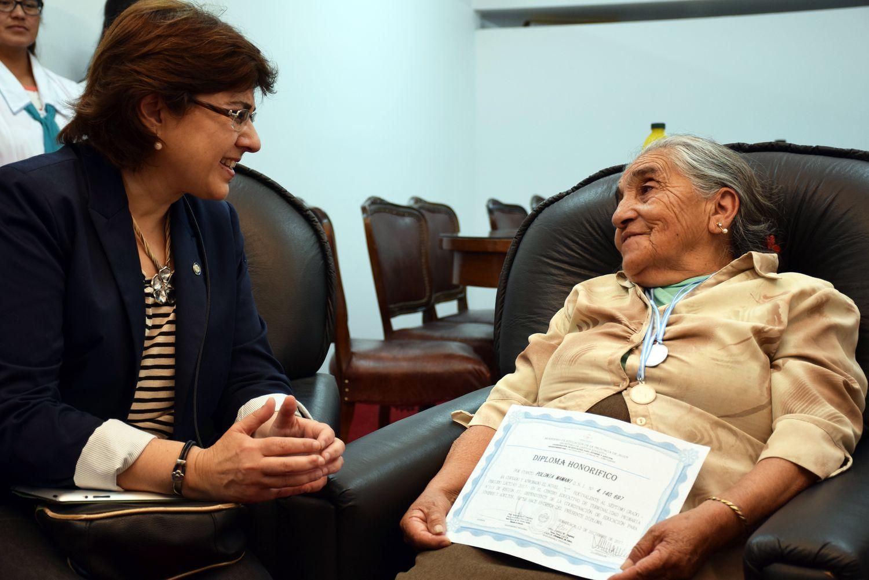 Polonia Mamaní, zafrera desde la niñez y vecina de la Colonia San José (Tilcara) que volvió a la escuela y a los 77 años terminó la primaria, fue recibida por la ministra de Educación Isolda Calsina, quien la felicitó por su ejemplo. Diciembre 2017