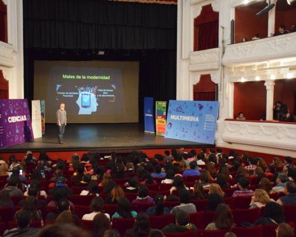 La conferencia sobre Neurociencia y Educación del doctor Hernán Aldana Marcos superó todas las expectativas y las instalaciones del Teatro Mitre se vieron colmadas por el público en el cierre de la Feria del Libro 2018. junio 2018