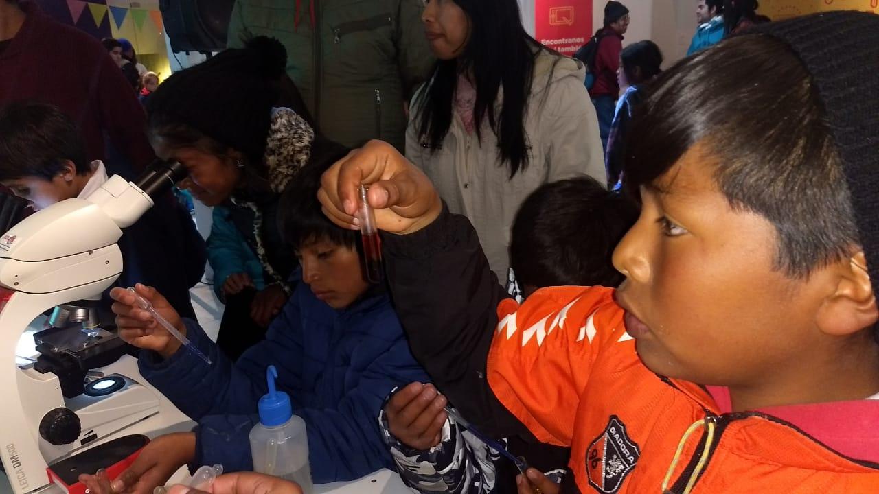 """Las dos semanas de actividades especiales organizadas por el centro de innovación educativa Infinito por Descubrir (IxD) para el receso escolar de invierno, tuvieron como broche la presencia de una  delegación de niños y docentes de Huachichocana, Tres Cruces, Tunalito y Azul Pampa.  Los chicos vivieron la experiencia de """"Recreo Largo"""" en Culturarte, donde IxD les ofreció talleres de robótica, sublimación y mapping, en el marco de una iniciativa desarrollada por el Ministerio de Educación con la cartera de Cultura y Turismo y la Municipalidad de San Salvador de Jujuy. Julio 2018"""