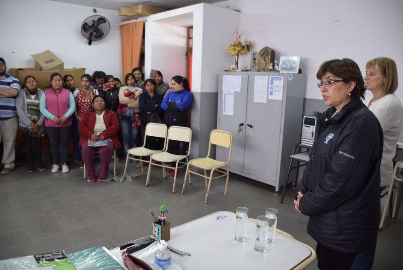 La ministra de Educación, Isolda Calsina, visitó este jueves la Escuela N° 151 de Lobatón (Departamento San Pedro) donde explicó a docentes y padres los motivos por los cuales se dispuso la suspensión de clases y la reubicación en otro edificio escolar a raíz que las instalaciones no reúnen las condiciones de seguridad necesarias. Septiembre 2018