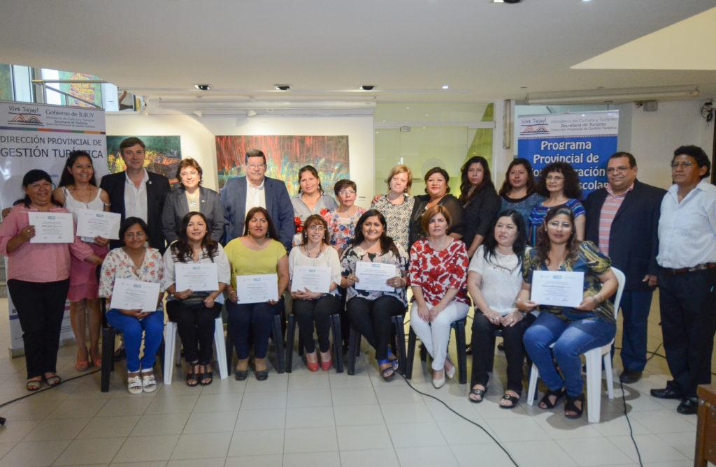 Autoridades provinciales y docentes que recibieron sus respectivos certificados.